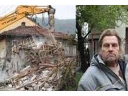 Man sloopt huis en plaatst het voor de ingang van zijn bank